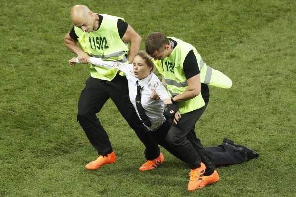她們不是只想紅!世足賽冠軍戰殺出不速之客 俄羅斯女團「暴動小貓」疾呼釋放政治犯