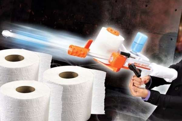 該說浪費還是有創意?日本推出「衛生紙玩具槍」,一捲等於650發子彈、打到人也不怕痛!