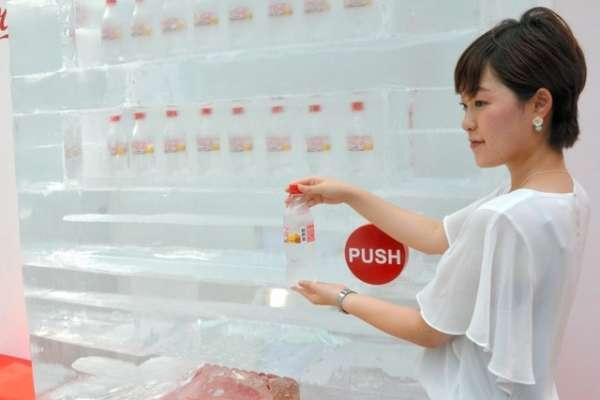 「冰製」販賣機掉出透明可樂 澀谷登場消暑又吸睛