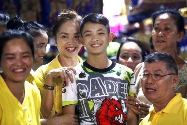 新手機、豬腳飯、生日蛋糕……泰國13歲脫困足球隊長接受專訪:我的床舖感覺好溫暖!