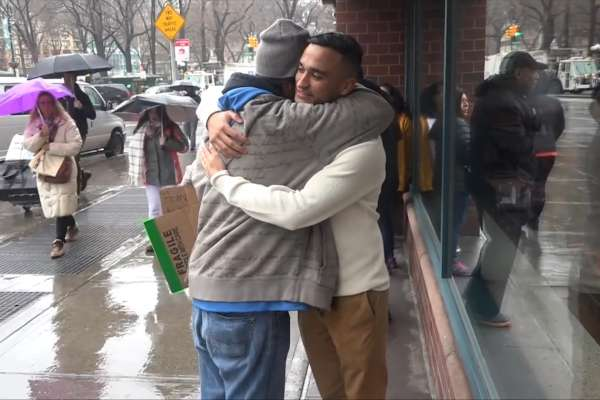 「幫助別人就是幫助自己」街頭實驗掉錢包 遊民反應被讚爆