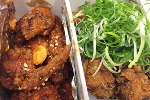 不只台灣鹹酥雞!各地炸雞風味超奇特,除了蝦醬、椰子油,這個國家竟然還用草莓醬來炸
