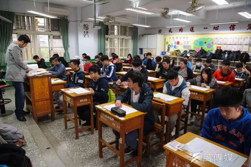 今年明星高中學生申請海外就讀人數暴增,圖為大學學測學生應試場景。(資料照片,顏麟宇攝)
