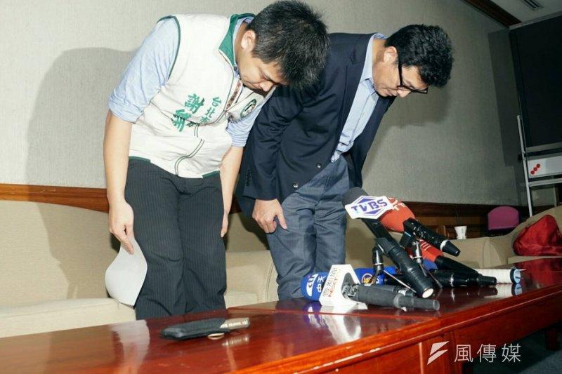 立委姚文智(右)及台北市議員謝維洲18日上午鞠躬道歉。(蘇仲泓攝)