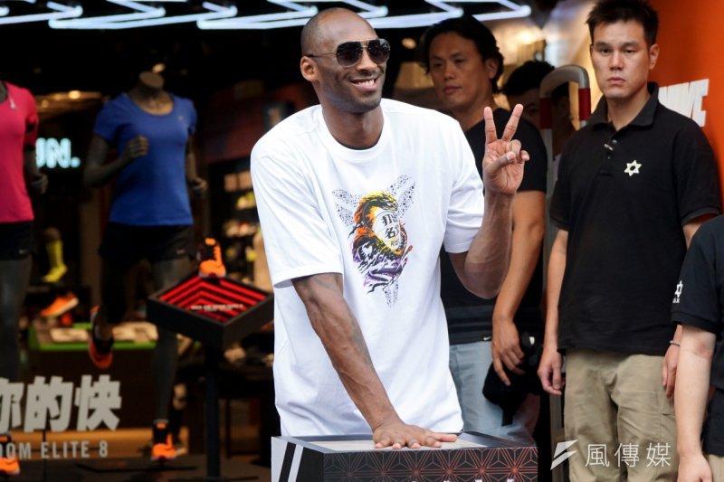 Kobe手壓模的同時,還不忘比YA,展現來台灣的好心情。(蘇仲泓攝)