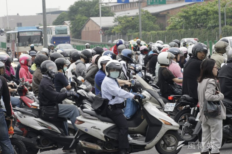 全台灣有高達1400萬輛機車,為降低對空氣品質的汙染,環保署每年支出近6億元,補助騎士進行機車定期排氣檢驗。(吳逸驊攝)