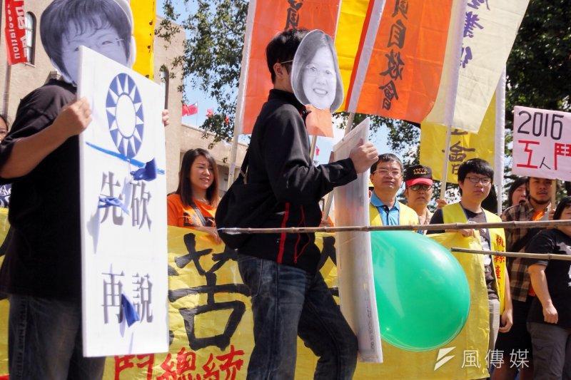 勞團15日到行政院前抗議,國民兩黨都忽視年金改革。(曾原信攝)