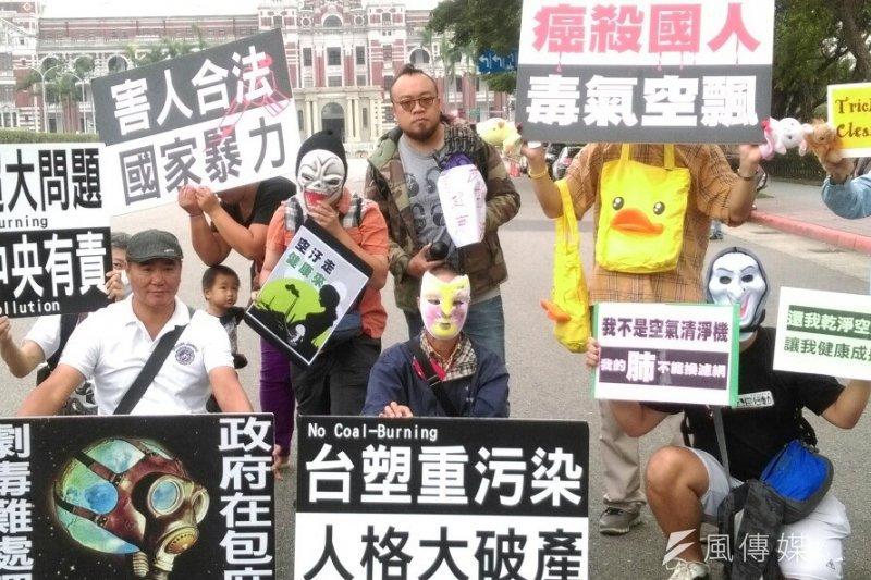「不給好空氣就搗蛋」抗議活動,數十位親子家庭、受害者到凱達格蘭大道抗議,為所處的空汙環境發聲。(郭佩凌攝)