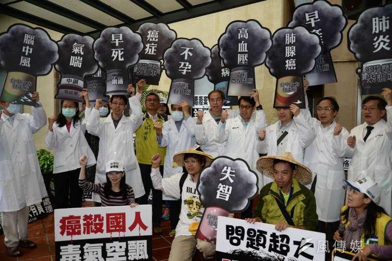 多位醫師與空汙病患6日至總統府前抗議政府漠視空汙問題(林俊耀攝)