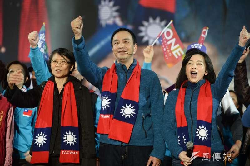 国民党15日于板桥举办总统选前之夜,总统候选人朱立伦仍大打「夫妻牌」,太太高婉倩总统夫人周美青联手出击,最后和党内立委共唱「台湾心跳声」。(林俊耀摄)