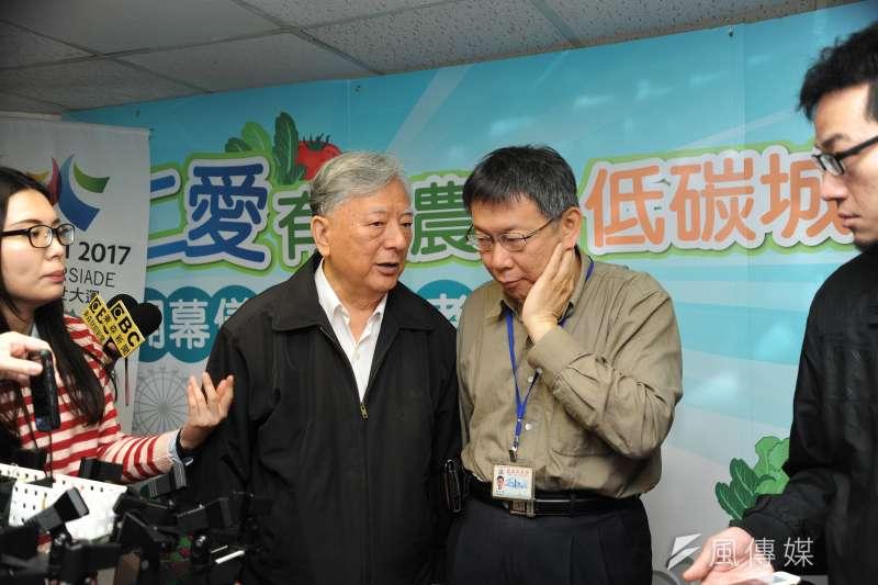 前台北市長黃大洲與現任市長柯文哲交換意見。(林俊耀攝)