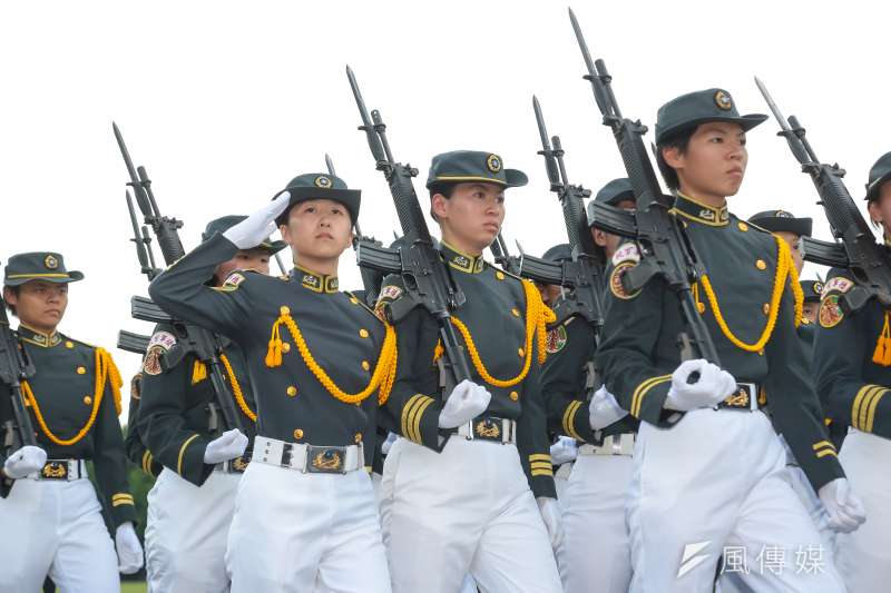��官校16日�e行92�L年校�c,第九�B也是唯一的女兵�B通�^司令台。(�麟宇�z)