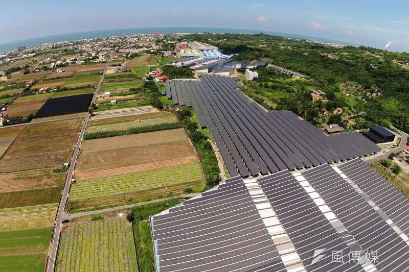 「國內推動魚電共生還在起步階段,但是政府並沒有準備好,農田種電出現的假農耕真種電,重電輕農等負面現象,同樣會發生在魚電共生的身上」圖為高雄市推動太陽能光電屋頂。(資料照,楊伯祿攝)