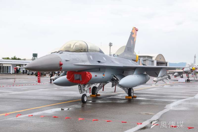 20160811-花蓮空軍基地11日搶先開放給當地居民及媒體參訪,圖為現場展示F-16B戰鬥機。(顏麟宇攝)