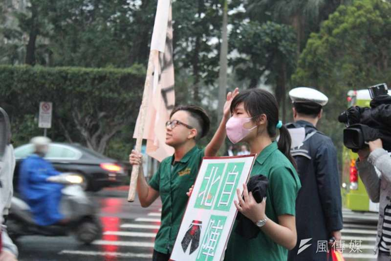 2016年3月9日北一女學生抗議呼籲服儀解禁。(資料照,取自北一短褲自由陣線臉書)