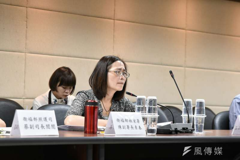 衛福部社家署副署長陳素春、照護司副司長蔡閻閻,出席公體會,了解民間團體、長照需求者的訴求。(林惟崧攝)