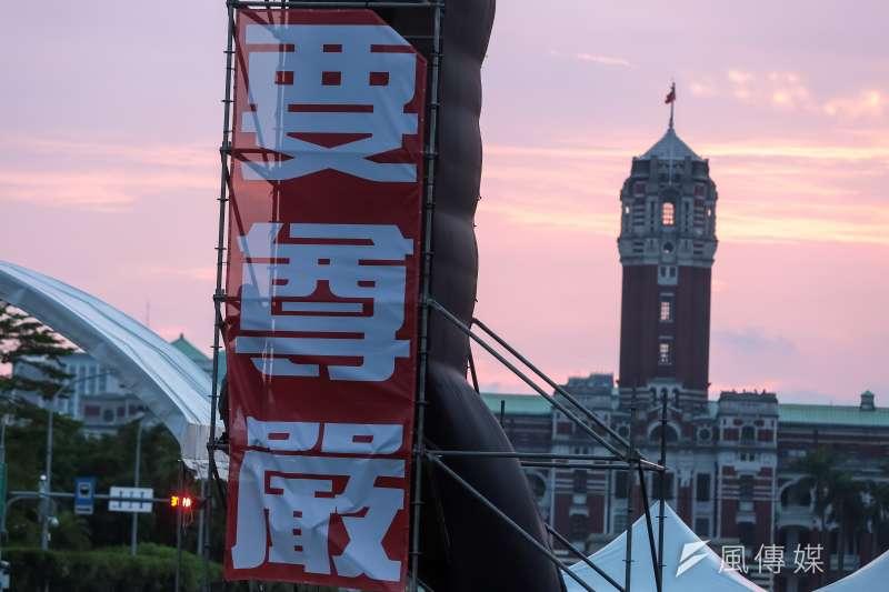 九三軍公教勞大遊行3日最終集結於凱道,「要尊嚴」三個斗大的標語正與後方總統府形成強烈對比。(顏麟宇攝)