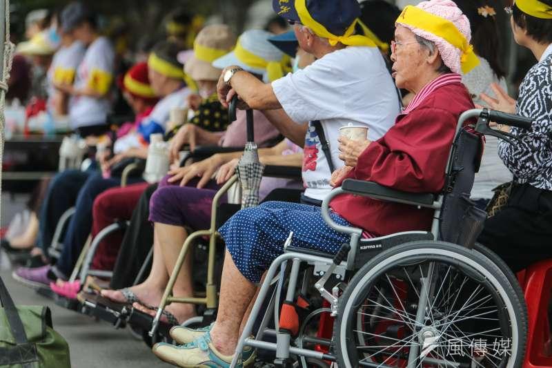 作者指出,台灣在2018年,就會進入「高齡社會」;2025年,進入「超高齡社會」。在這個最關鍵的老化階段,我們只有7年的時間,速度堪稱世界第一。(資料照,陳明仁攝)