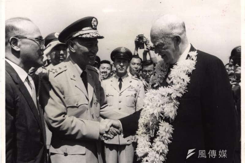 「艾森豪總統在1961年卸任前,來到亞洲訪問,所到之處都惹出不少麻煩⋯⋯」圖為故總統蔣中正於時任美國總統艾森豪訪華時握手留影(國史館提供)