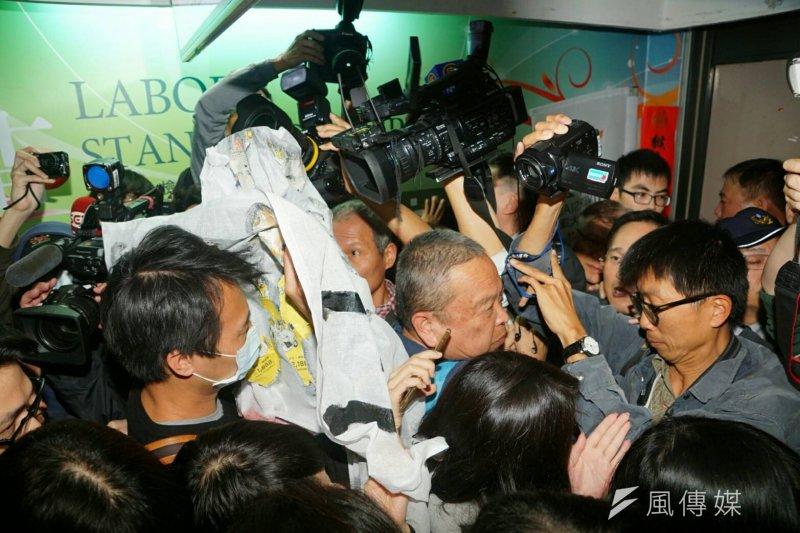 興航員工欲衝入台北市勞動局。(盧逸峰攝)