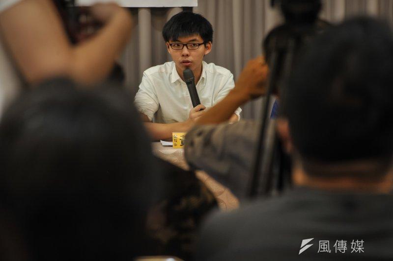 香港眾志秘書長黃之鋒等人受邀參加時代力量舉辦的台港議員論壇交流,沒想到在機場就碰上抗議群眾盡點被毆。(甘岱民攝)