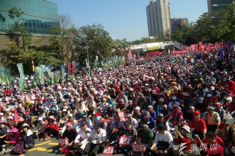 年金改革分區座談會議8日展開高雄場次,場外聚集了大批軍公教團體抗議。(取自監督年金改革行動聯盟臉書)