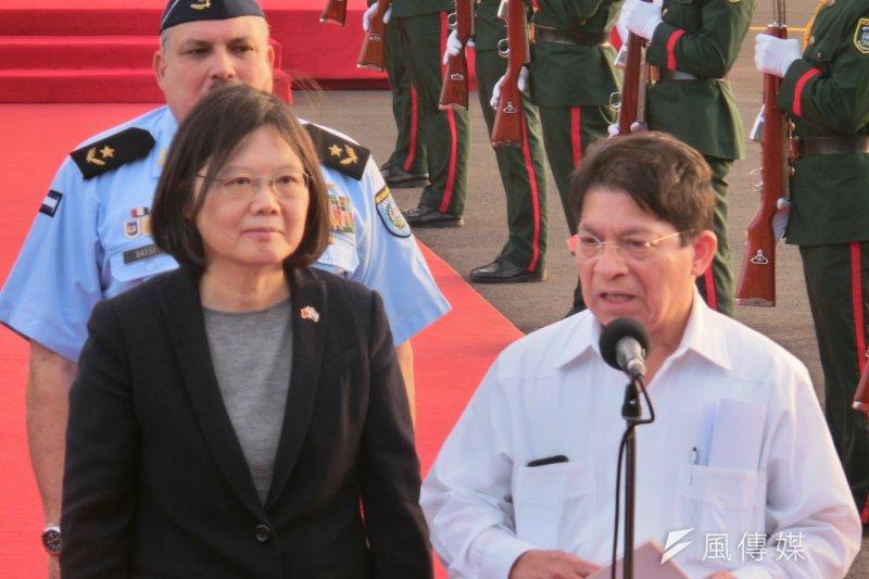 蔡英文抵達尼加拉瓜,尼加拉瓜國際事務顧問孟卡達(Denis Moncada)於機場接機。(取自總統府)