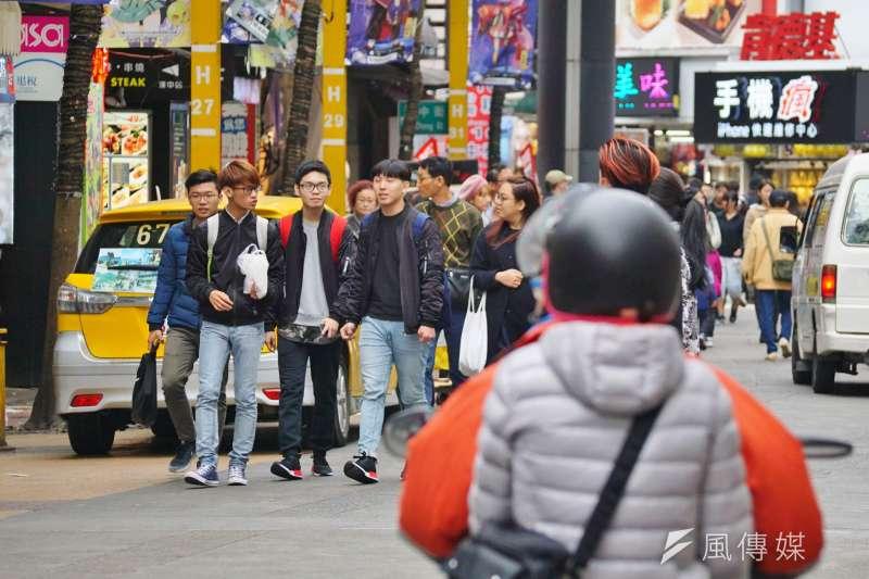 青少年族群要注意被「義氣」號召是否觸法。圖為西門町鬧區的青少年(本圖為示意圖非當事人)。(資料照片,盧逸峰攝)