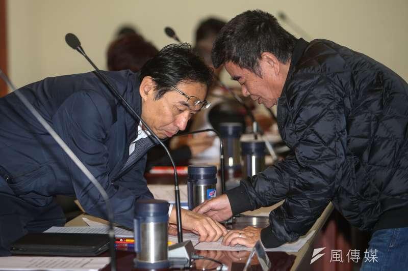 國民黨中常會,黨主席洪秀柱主持,秘書長莫天虎和中常委姚江臨討論入黨程序問題。(陳明仁攝)