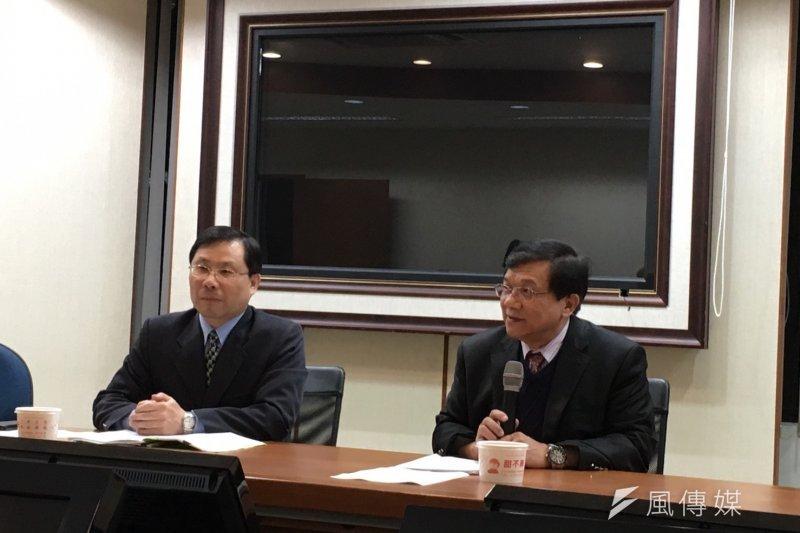 經濟部長李世光(右)召開電業法三讀記者會,他認為這次《電業法》修法象徵了邁向非核家園的關鍵,另外開放再生能源直供、代輸,也有利綠電快速發展。(尹俞歡攝)