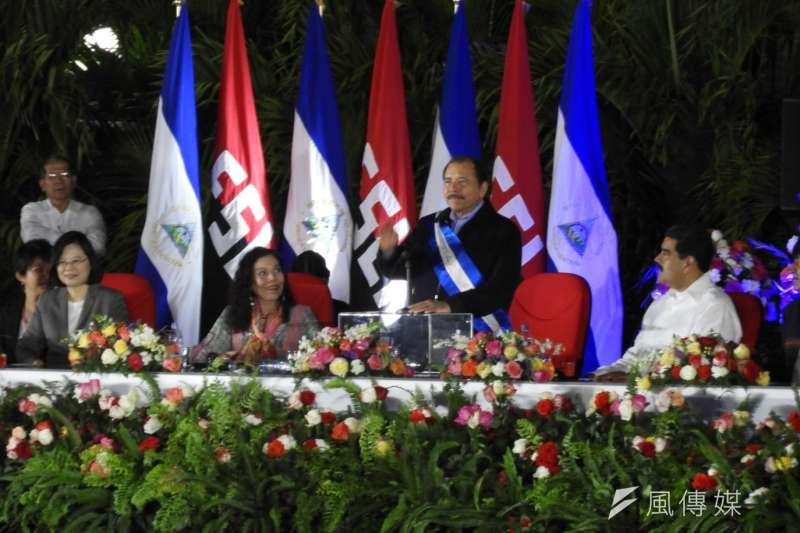 蔡英文出席尼加拉瓜總統奧迪嘉(Daniel Ortega)就職典禮,(左起)蔡英文、第一夫人穆麗優  、奧迪嘉、委內瑞拉總統馬杜洛。(石秀娟攝)