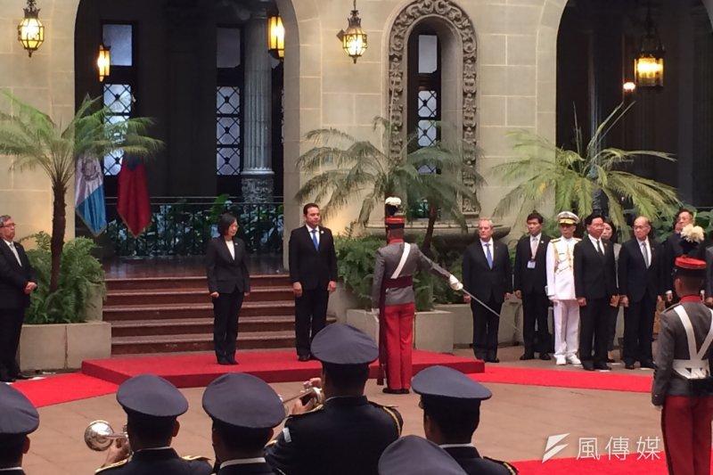 總統蔡英文當地時間11日上午抵達第3站瓜地馬拉,兩國元首共同校閱儀隊。(石秀娟攝)