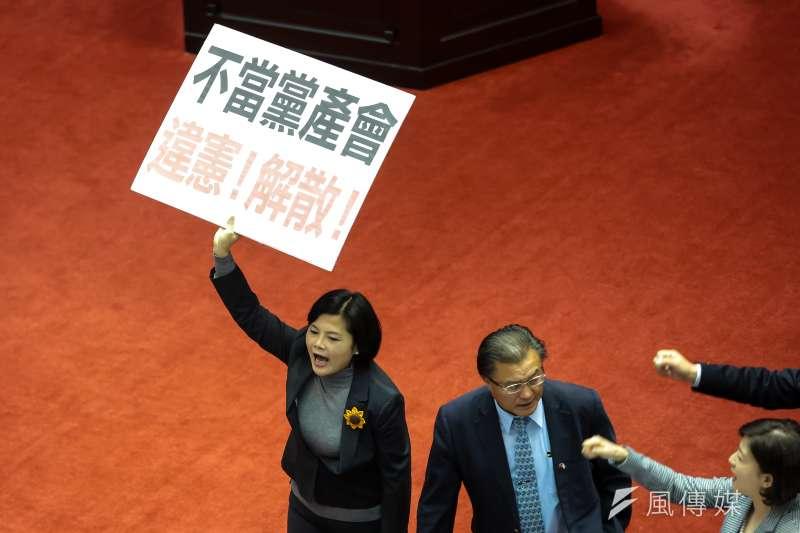 20170119-立法院19日於臨時會進行提案表決,國民黨團高舉「不當黨產會違憲!解散!」標語。(顏麟宇攝)