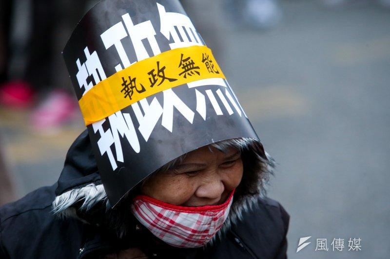 20170122-年金改革抗議活動.尾聲時.抗議民眾頂著低溫寒風堅持到底.(資料照,陳明仁攝)