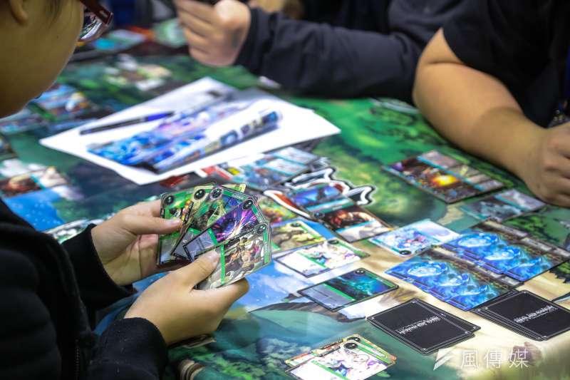 20170203-台北國際動漫節已於南港展覽館登場,許多民眾於現場攤位進行紙牌遊戲。(顏麟宇攝)