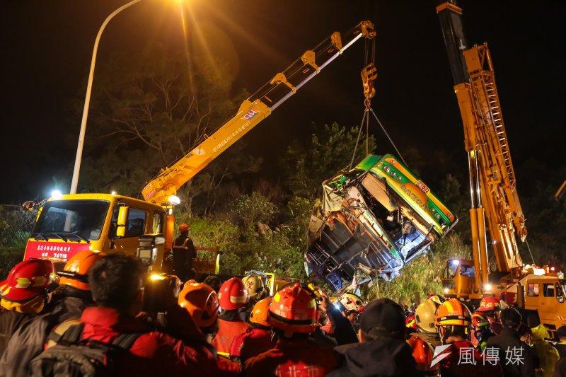 國道5號武陵賞櫻團遊覽車翻覆事故現場,大型吊車將車體吊離邊坡。(顏麟宇攝)