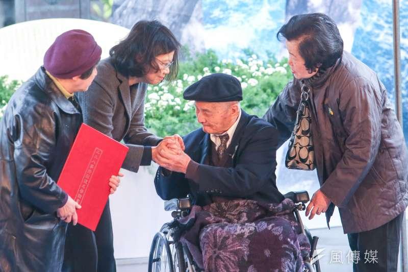 二二八中樞紀念儀式上,高齡95歲的受害者傅仁鴻從總統蔡英文手中,接下等待70年的「回復名譽證書」。(資料照,陳明仁攝)