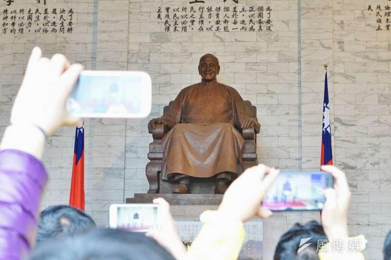20170301-中正紀念堂吸引許多國內外遊客前往觀光。(盧逸峰攝)