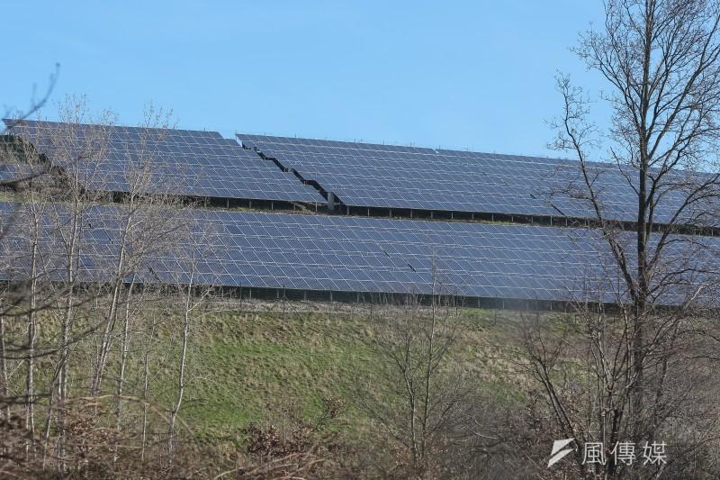 德國太陽能大廠破產,綠能是好生意嗎?圖為德國高速公路旁的太陽能板。(顏麟宇攝)