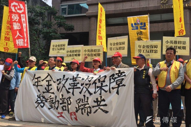 總統府年金改革委員會明天(30日)將拍板定案勞工年金改革方案,工鬥29日與多個勞工團體在勞動部舉行記者會,抗議修法內容是「多繳、少領、延後退」的修惡方案。(杜兆倫攝)