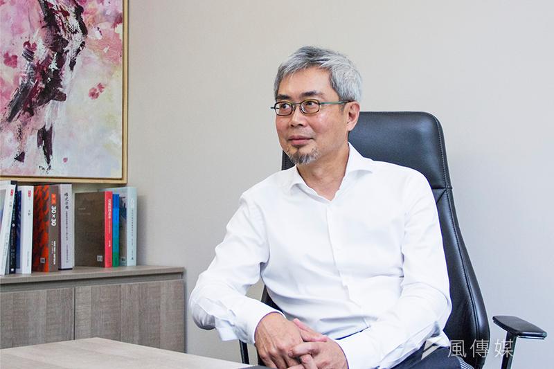 《風傳媒》董事長張果軍將《新新聞》併入旗下,期透過多元媒體整合,強化綜效並打造更大的影響力。(葉滕騏攝)