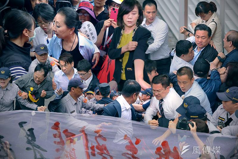 反對年金改革團體19日包圍立院,多位立委、官員皆遭毆打、推擠及潑水。(方炳超、陳明仁、顏麟宇、曾原信攝,風傳媒合成)
