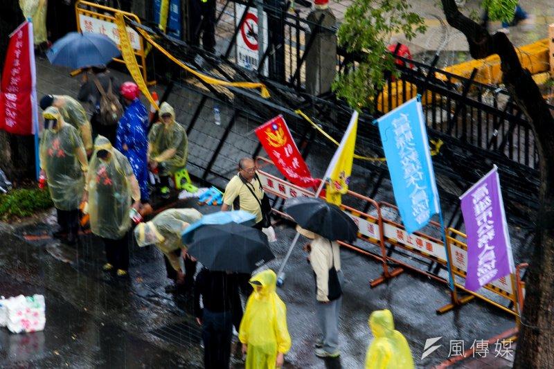 2017-04-19-反年金改革軍公教團體包圍立法院抗議-中午下起大雨,人潮稍減02-陳明仁攝