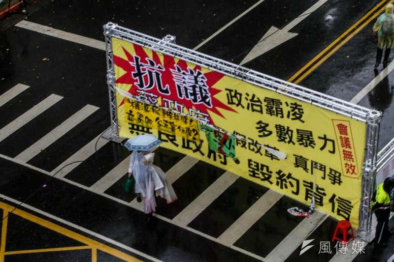 作者指出,今日台灣到處充斥著「民窮、民白、民粹」所謂的新三民主義,政府各項重大施政均以選票考量,似乎已經找不到當年那種恰到好處、合乎自然的「正義」。(資料照,陳明仁攝)