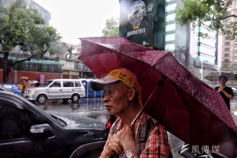 2017-04-19-反年金改革軍公教團體包圍立法院抗議-中午下起大雨,人潮稍減-曾原信攝
