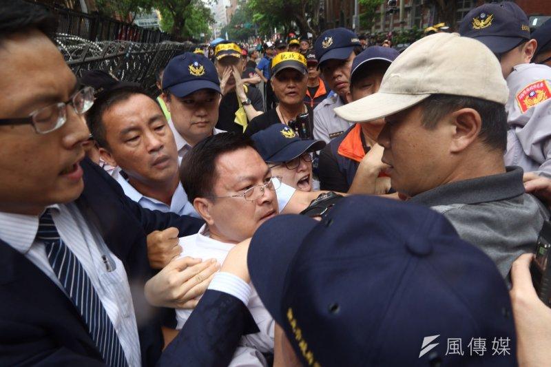 2017-04-19-反年金改革軍公教團體包圍立法院抗議-魏明谷遭拉扯05-曾原信攝