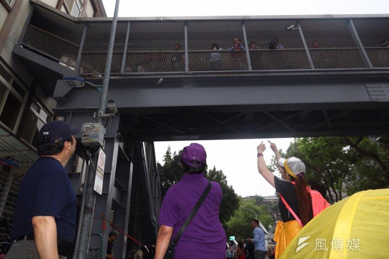 2017-04-19-反年金改革軍公教團體包圍立法院抗議-林淑芬於天橋上,遭民眾槍聲-曾原信攝