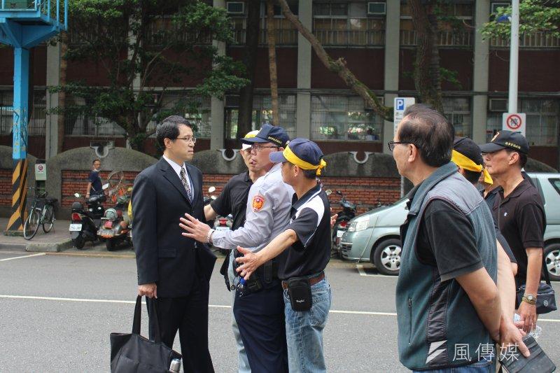 2017-04-19-反年金改革軍公教團體包圍立法院抗議-穿西裝民眾遭攔阻-方炳超攝