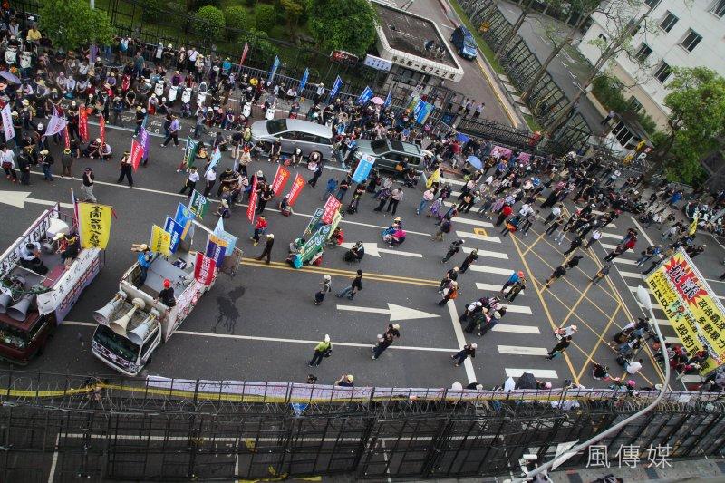 2017-04-19-反年金改革軍公教團體包圍立法院抗議-抗議民眾於濟南路示威05-陳明仁攝