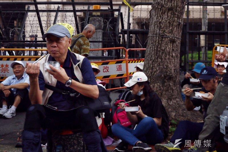 2017-04-19-反年金改革軍公教團體包圍立法院抗議-官員進入立院後,抗議民眾暫時休息02-曾原信攝